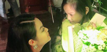 Lần đầu đi xem mẹ diễn, và đây là phản ứng đáng yêu vô cùng của con gái Phạm Quỳnh Anh