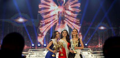 Hương Giang đăng quang, các thí sinh khác xách váy đi vào