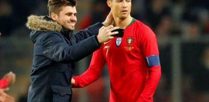 C. Ronaldo 'lạnh tanh' khi các fan nam chạy vào sân ôm hôn, chụp ảnh