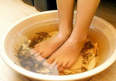 Ngâm chân trong nước ấm 30 phút mỗi ngày chữa được nhiều bệnh