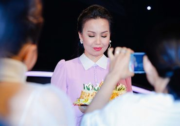 Cẩm Ly được chồng và hai con lên sân khấu chúc mừng sinh nhật