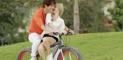 Song Luân vừa đạp xe đạp vừa 'khoá môi' hotgirl Thái Lan Nene