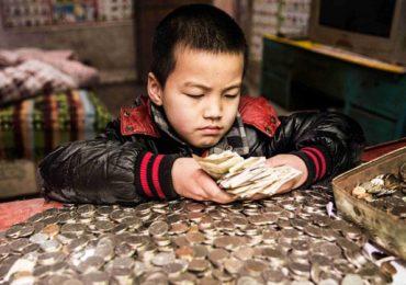 Bé 8 tuổi nhịn ăn sáng để dành tiền chữa ung thư cho em trai