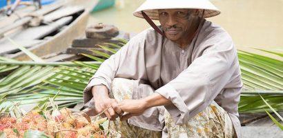 Mike Tyson đội nón lá, mặc áo bà ba bán trái cây ở chợ nước nổi
