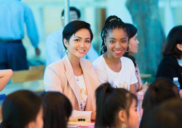 Hoa hậu H'Hen Niê chia sẻ với các nữ sinh về việc bị bắt kết hôn sớm