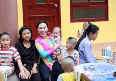 Nghệ sĩ Việt Hương cùng 350 phật tử đi thăm 8 cảnh chùa