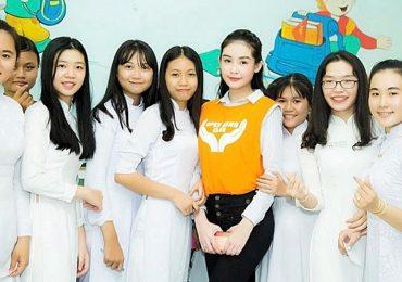 Hoa hậu Ngân Anh được học sinh vây quanh khi về trường cũ