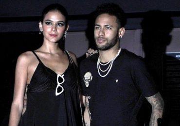 Chân chống nạng, Neymar vẫn không bỏ thú vui ăn chơi