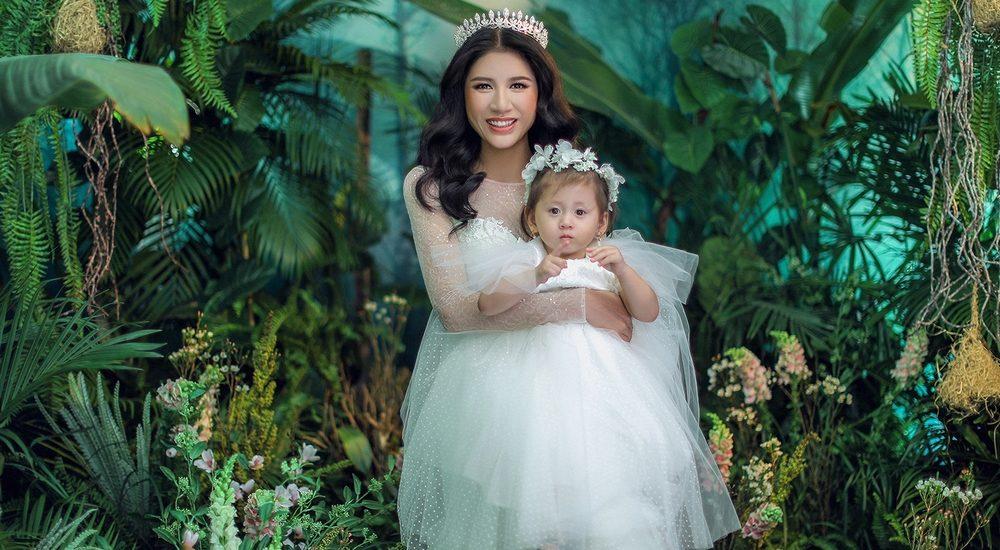 Trang Trần khoe vẻ trẻ trung, quyến rũ bên con gái cưng
