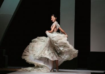 Hoàng Thùy hóa Lọ Lem, tung váy áo lộng lẫy trên sàn catwalk