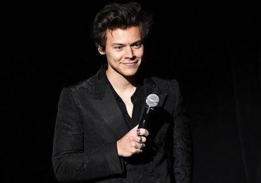 Harry Style khiến khán giả bật cười khi mặc váy trên sân khấu