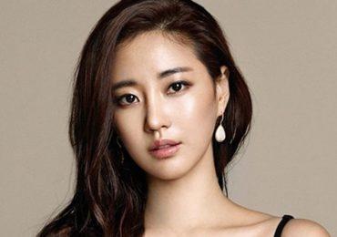 Hoa hậu Hàn Quốc – Kim Sa Rang bị gãy chân khi công tác ở Italy