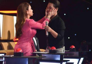 Ca sĩ Minh Tuyết khiến 'cậu bé quét đường' bật khóc vì xúc động