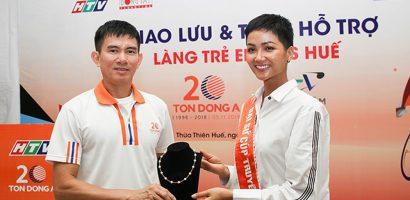 Hoa hậu H'hen Niê lột dây chuyền ngọc trai cho làng S.O.S Huế