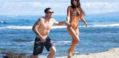 Gái 3 con Megan Fox sexy trên bãi biển Hawaii