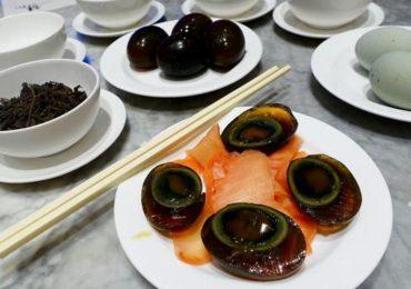 Trứng bắc thảo – đặc sản nặng mùi lạ lẫm với khách Tây