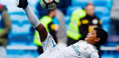Con trai C. Ronaldo ngả người móc bóng như bố