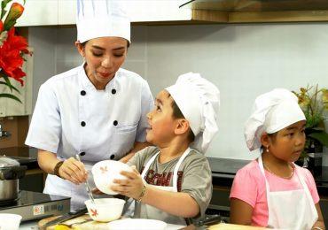 Con trai cưng của Tiến Luật – Thu Trang trổ tài nấu ăn cùng mẹ