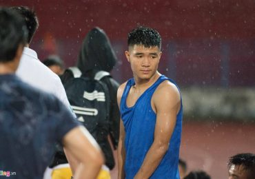 Từ chỗ vui sướng, Hà Đức Chinh bực tức khi đội nhà thua trận phút cuối