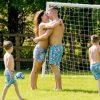 Cựu hoa hậu Anh mặc áo tắm đá bóng với chồng con trong công viên