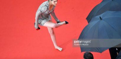 Kristen Stewart gây xôn xao thảm đỏ với màn cởi giày, đi chân trần