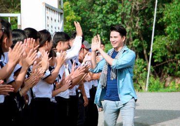 Nhớ thời niên thiếu từ quê nghèo, Vũ Mạnh Cường về vùng xa trao học bổng