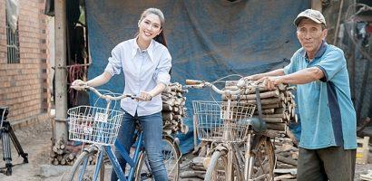 Người đẹp Tường Linh mướt mồ hôi đạp xe đi bán củi tại Tây Ninh