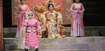 Khán giả ngồi kín rạp để thưởng thức vở diễn Thái hậu Dương Vân Nga