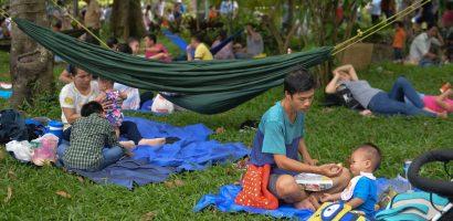 Người dân mang võng vào công viên nằm trốn nắng ngày lễ
