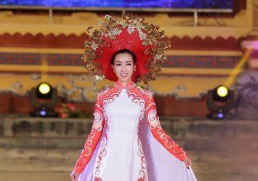 Hoa hậu Mỹ Linh làm vedette giữa dàn chân dài tại Festival Huế 2018