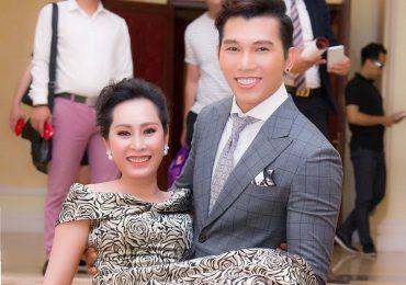 Nam vương Ngọc Tình 'bế' Hoa hậu Quý bà Hạnh Lê di chuyển tại sự kiện