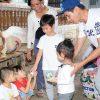 Vợ chồng Lý Hải – Minh Hà đưa 4 con nhỏ đi làm từ thiện