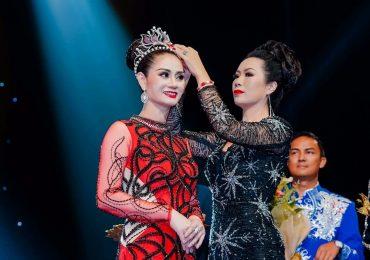Á hậu Trịnh Kim Chi trao giải Á hậu cho Nguyễn Hồng Nhung