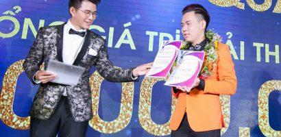 Vũ Mạnh Cường trao giải cho tân quán quân 'Người dẫn chương trình Phát thanh – Truyền hình 2018'