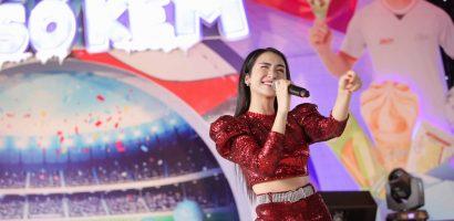 Hoà Minzy 'tăng động', chiều fans hết cỡ trong ngày hội bóng đá dành cho teen Việt