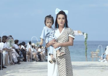 Cindy Thái Tài bế em bé 2 tuổi đi catwalk trên bãi biển
