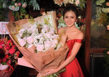 Hoa khôi Hải Yến bật khóc khi thổi nến ở tuổi 21
