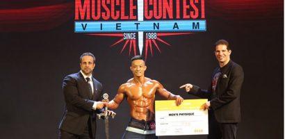 Hai lực sĩ Việt Nam nhận được chứng chỉ tham gia cuộc thi thể hình Quốc tế