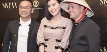 Cao Thái Hà mang nón lá đến tặng 'Thần đồng bóng đá' Michael Owen