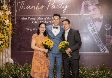 Nam vương Cao Xuân Tài quỳ gối trên sân khấu tặng hoa cho ba mẹ