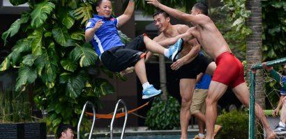 Bùi Tiến Dũng, Anh Đức ném trợ lý ngôn ngữ xuống bể bơi