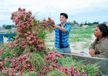 Vũ Mạnh Cường và nghệ sĩ Trà Giang thăm bà con đảo Lý Sơn