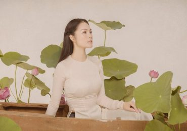 Diện áo dài trắng đơn giản, Dương Cẩm Lynh vẫn đẹp mê hồn