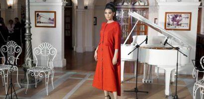 Trương Thị May diện đầm đỏ rực, diễn vedette show thời trang