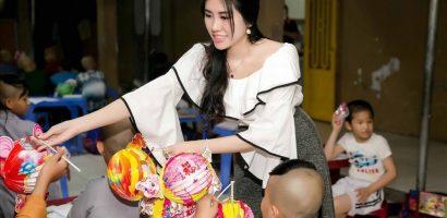 Hoa hậu Emily Hồng Nhung đón Tết Trung thu cùng trẻ mồ côi