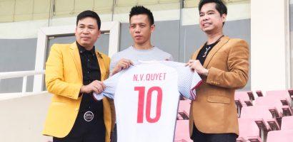 Danh ca Ngọc Sơn và 'học trò' Michael Lang trao 250 triệu cho đội tuyển Olympic Việt Nam
