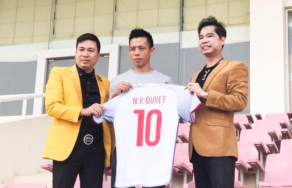 Ngọc Sơn và học trò Michael Lang trao 250 triệu cho U23 VN