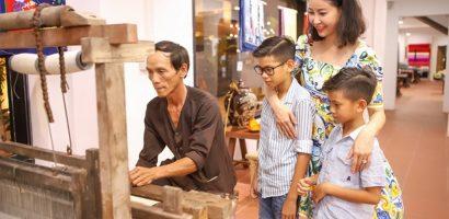Hoa hậu Hà Kiều Anh đưa em trai và hai con khám phá Hội An