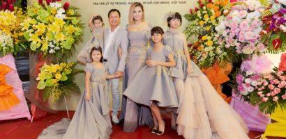 Ông xã và 4 con gái đến ủng hộ Vũ Thu Phương ra mắt showroom thời trang