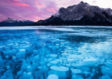 Hồ bong bóng băng kỳ lạ ở Canada